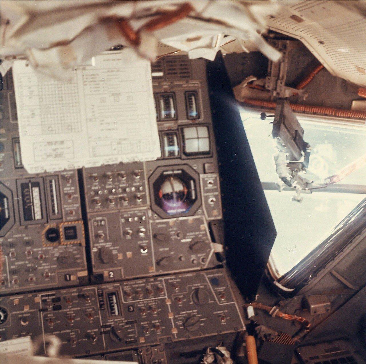 Вскоре после этого путём включения основного двигателя на 2,9 секунды была проведена промежуточная коррекция траектории № 2 (в действительности она была первой).     На снимке: Внутри лунного модуля «Орел» во время полета на Луну Аполлона-11