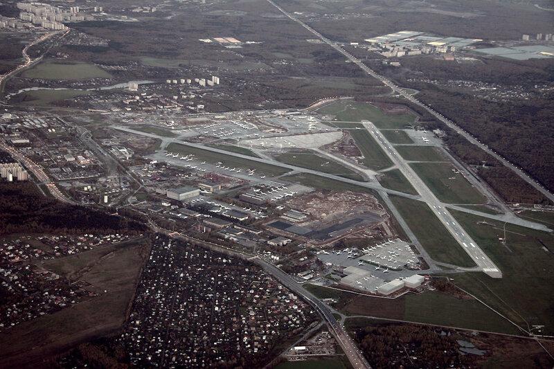 На глиссаде, слева от киевского шоссе - родной Московский.  Добавлю новую фотку аэропорта Внуково с высоты.
