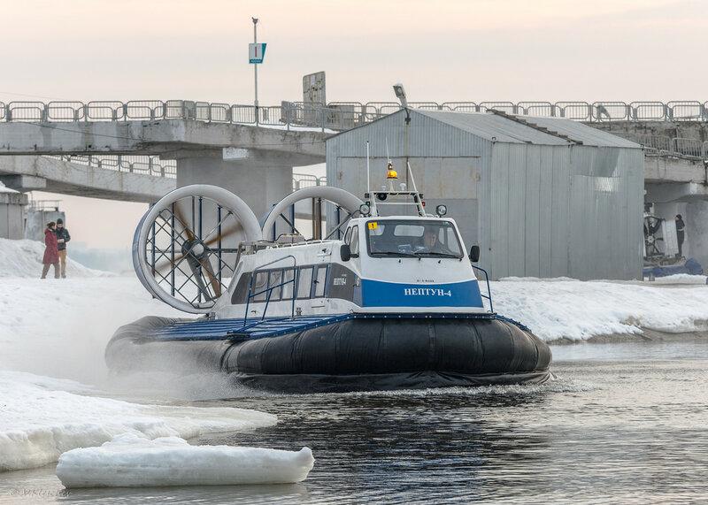 СВП Нептун-4 на посадочной площадке порта Самара