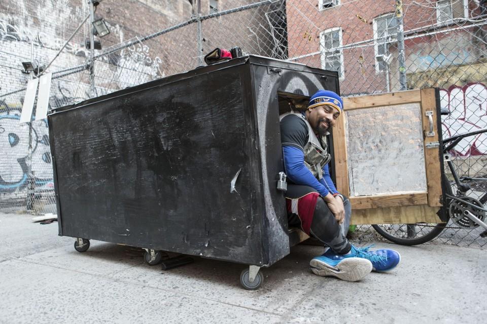 Дом бездомного с солнечными батареями в виде мусорного контейнера