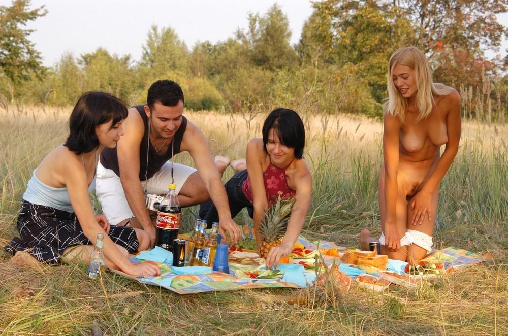 Голая Вика на пикнике