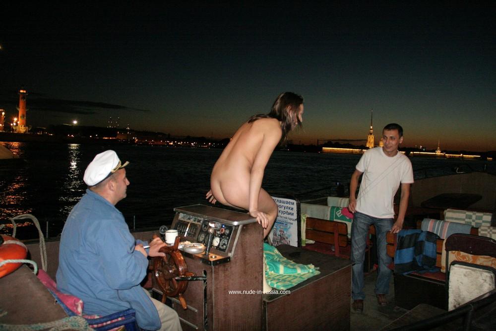 Голая Ирена в ночном Санкт-Петербурге