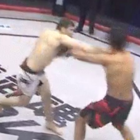 Русский  боец MMA нокаутировал конкурента  впроцессе  приветствия