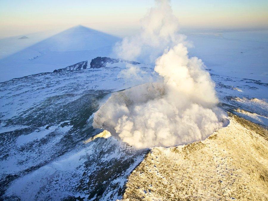 Ученые отыскали подо льдами Антарктиды 91 вулкан