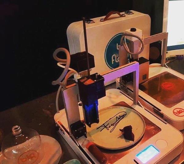 В час напечатать подобный принтер может до 100 небольших вкусняшек, на торт уйдет часов 5.