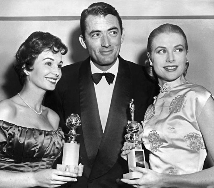 23 февраля 1956 года. Актер Грегори Пек в окружении Грейс Келли и Джин Симмонс. Грейс держит награду