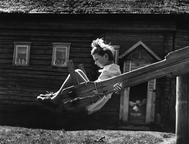 Качели. 1977 год. Фотограф: Михаил Голосовский.