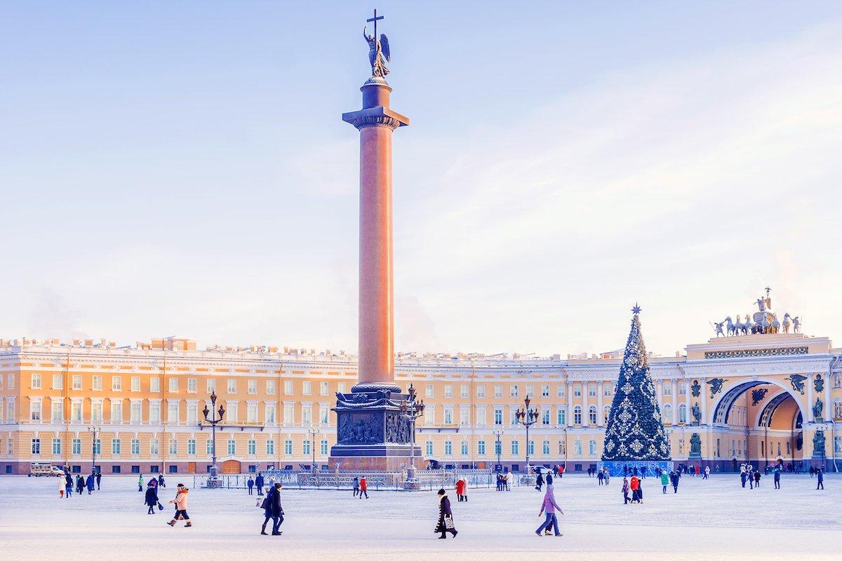 Если вы окажетесь в Санкт-Петербурге зимой, то обязательно покатайтесь на коньках на Дворцовой площа