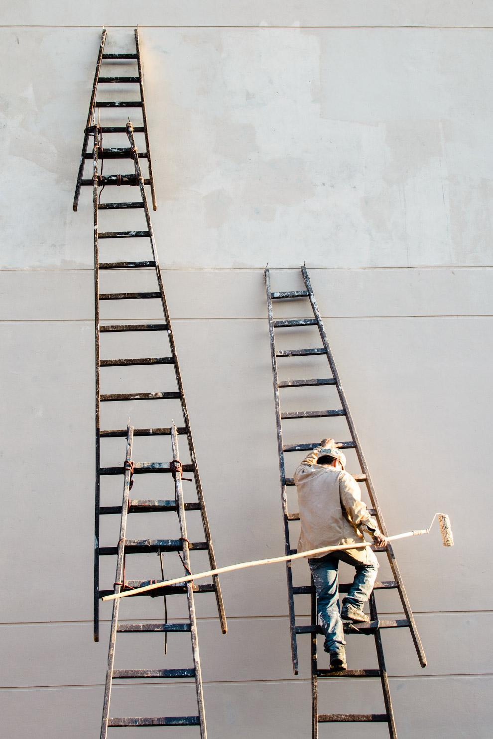 5. Арт-установка из тысяч кусков алюминия и сотен светодиодных ламп. Должна походить на улей, у