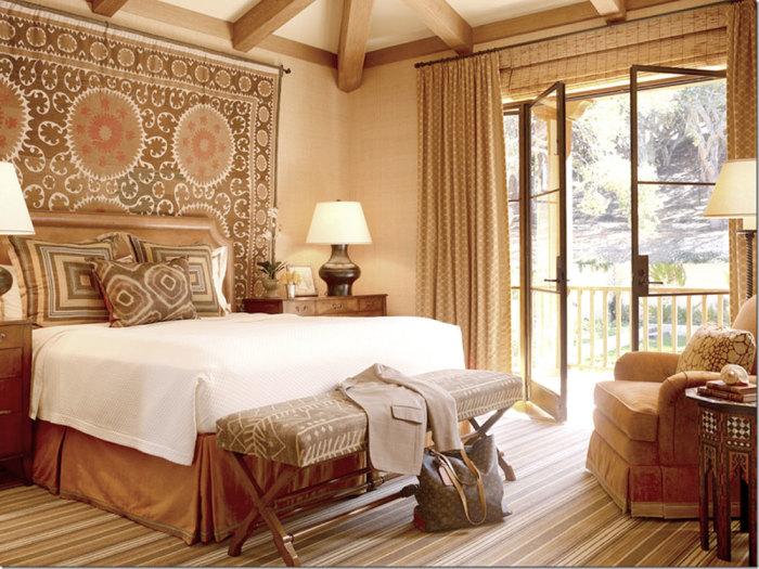 Интерьер маленькой спальни с элементами эклектики. Бежево-коричневый интерьер – совсем необяза