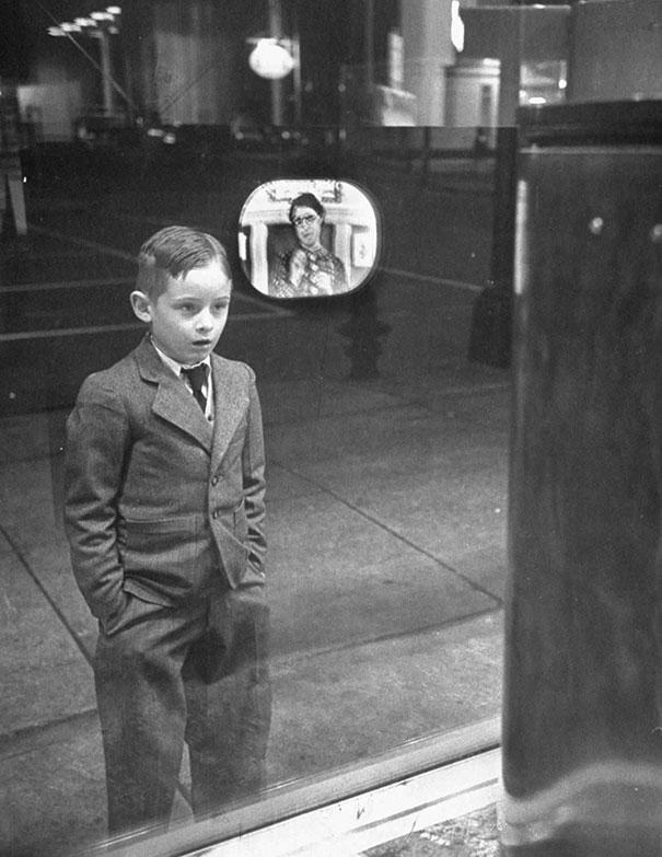 1948 год. Мальчик увидел работающий телевизор в витрине магазина.