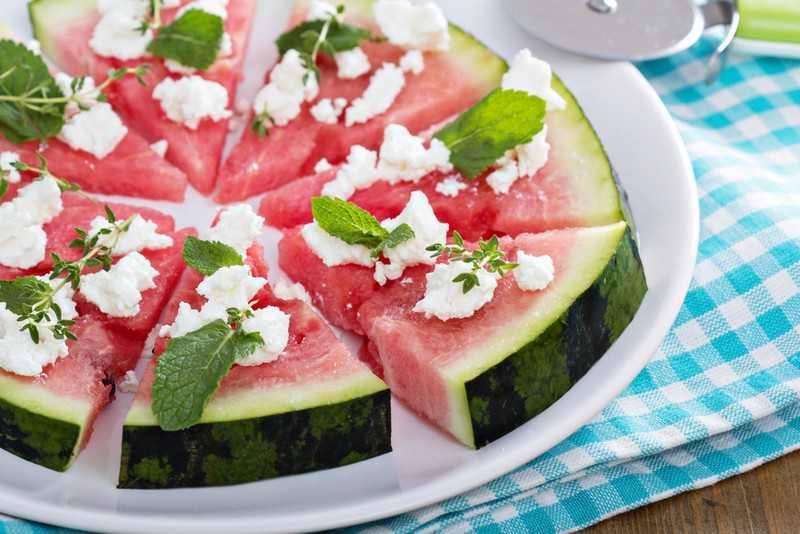 Салат из мякоти арбуза. Ингредиенты: 1/2 мякоти некрупного арбуза 1/2 красной луковицы пара веточек