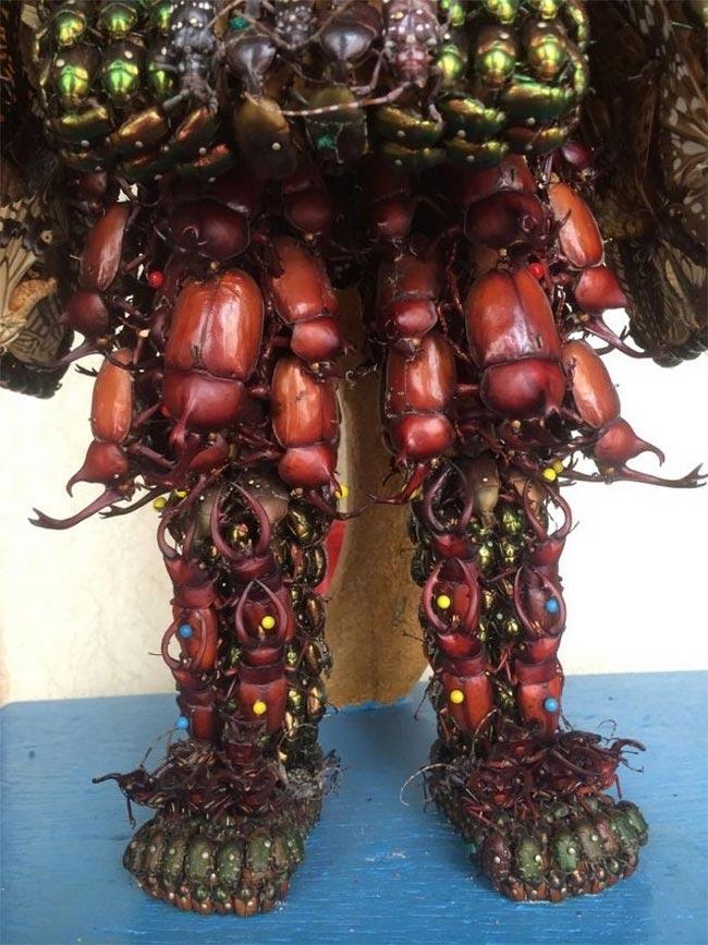 После того, как автор скульптур был подвергнут критике за то, что забрал жизни всех этих насеком
