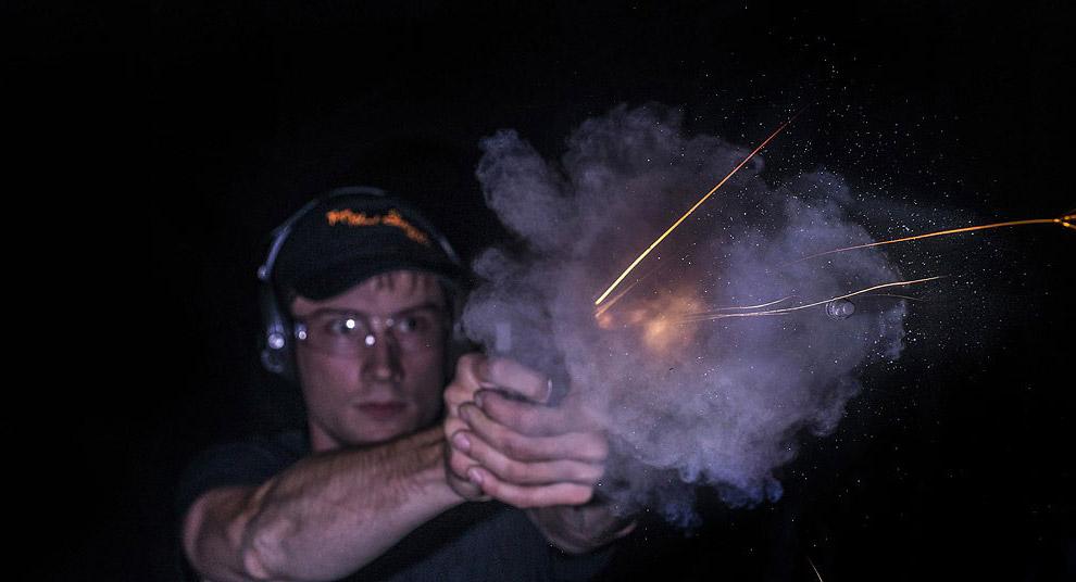 Пуля покидает ствол оружия при выстреле за миллисекунды.