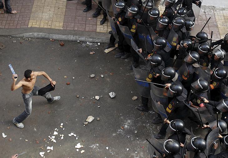 2. Столкновения в Афинах, 12 декабря 2008. Бросаться камнями в полицейских — это эффективно, не неак