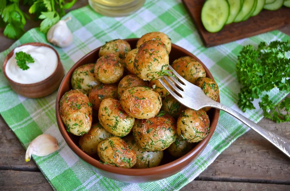 Молодая картошечка с чесночком Ингредиенты: 1 кг молодого картофеля 1 пучок укропа 4 зубчика чеснока