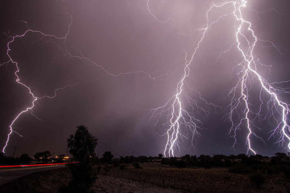 Молния — это гигантский электрический искровой разряд в атмосфере, обычно может происходить во