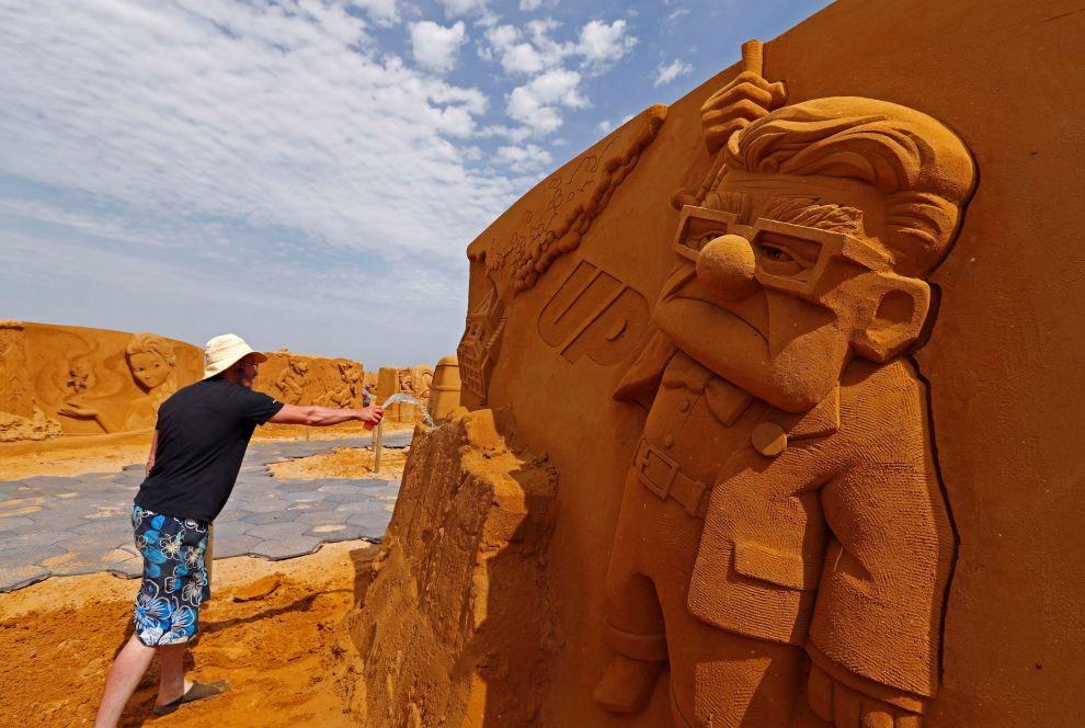 Высота некоторых скульптур достигает 6 метров.