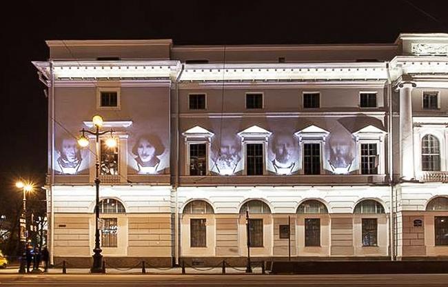 Снаступлением темноты нафасаде Национальной библиотеки вСанкт-Петербурге целую неделю вноябре по