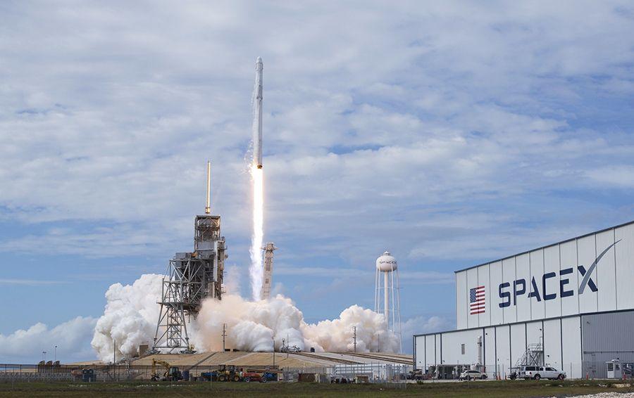 Ракета-носитель Falcon 9 с грузовым автомобилем Dragon стартовала кМКС
