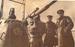 Командир 3-го ДПЛ капитан 2 ранга В.А. Иванов и командир лодки А.М. Каутский у носового орудия гвардейской краснознаменной Щ-402, лето 1943г.