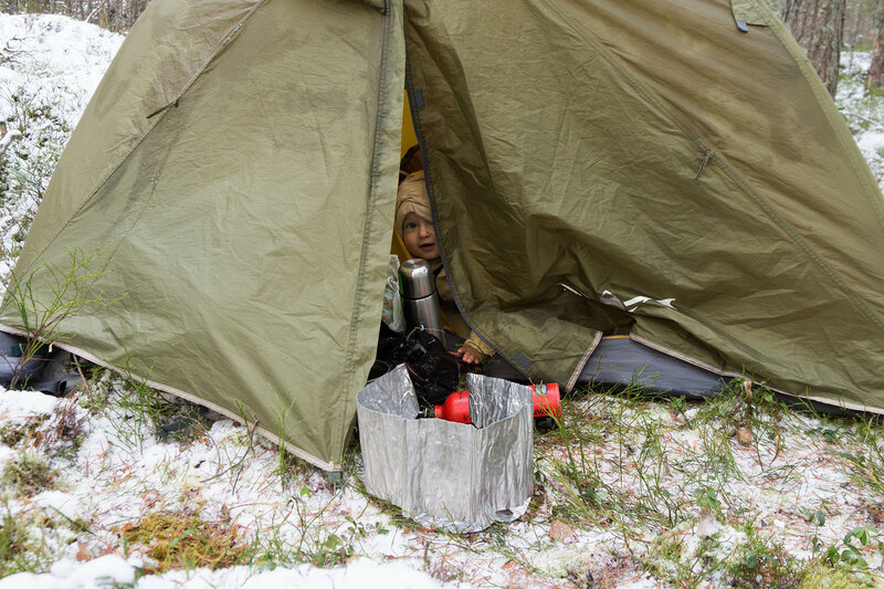 ребенок зимой в палатке