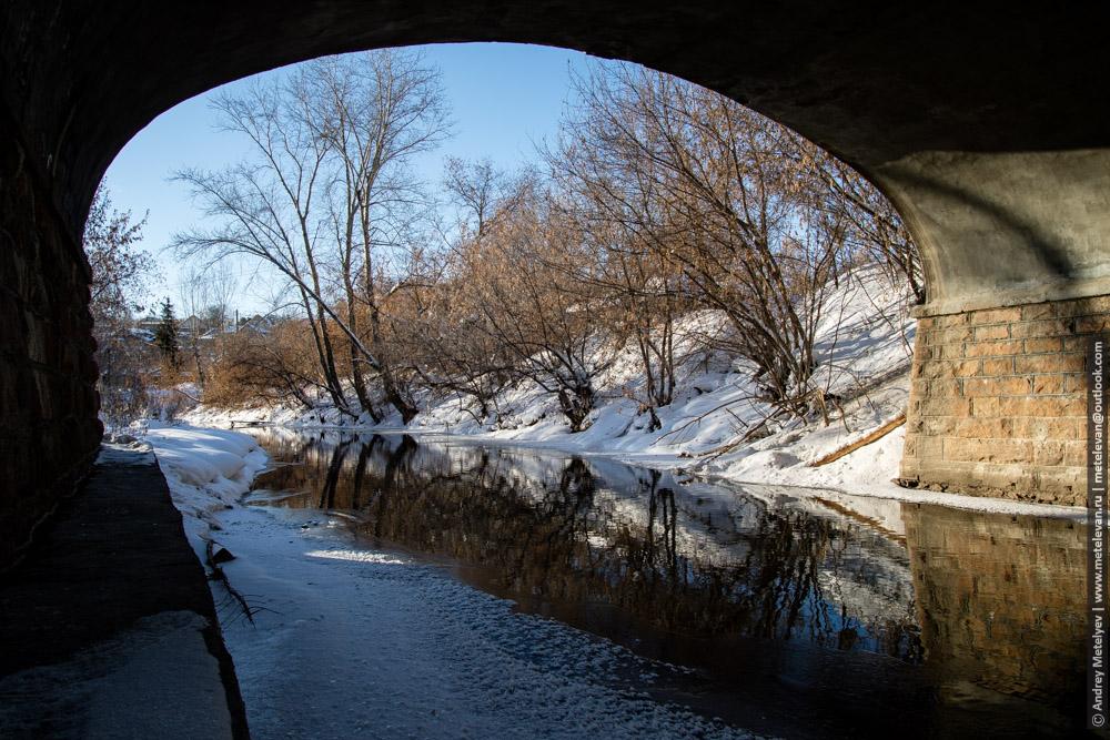 зимой под мостом на реке каменка