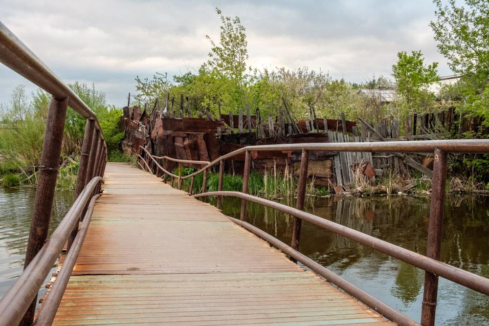 изогнутые трубы мост из них