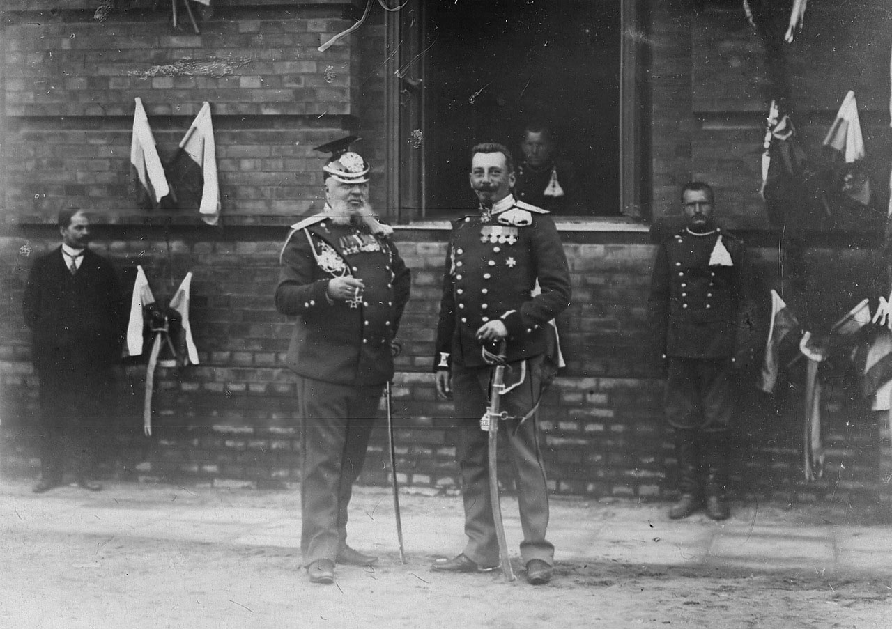 У здания казарм полка, празднование 250-летнего юбилея полка слева - бывший командир полка, справа - ротмистр фон Круг