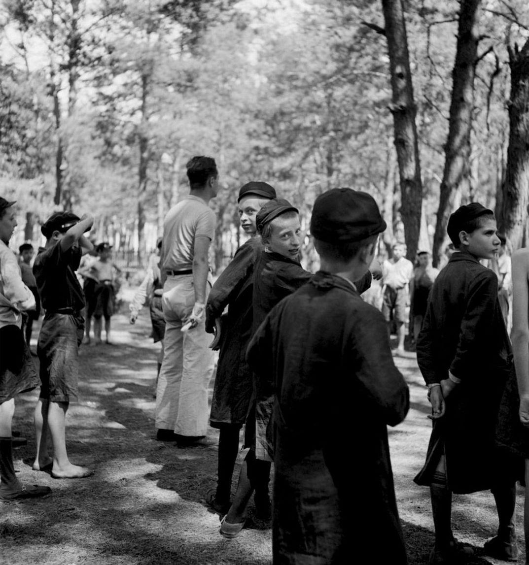 Дети, играющие на природе и наблюдающие за игрой. Летний лагерь TOZ (Общество охраны здоровья еврейского населения) недалеко от Варшавы