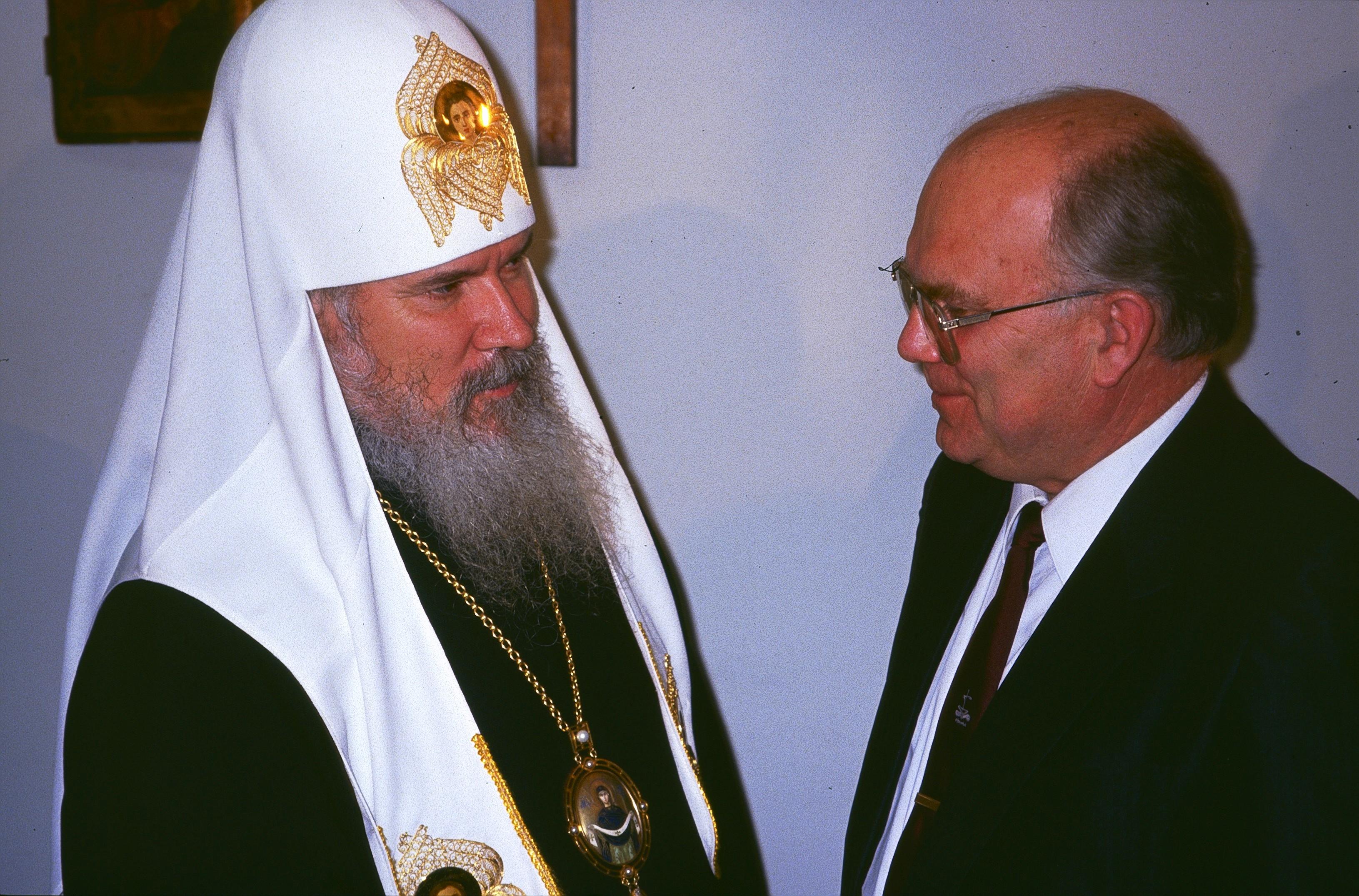 Патриарх Алексий II с главой русских баптистов Алексеем Бычковым на открытии Библейского общества