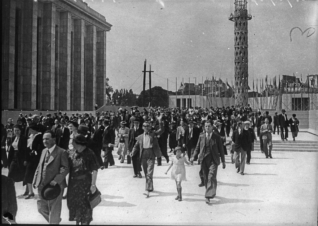 День открытия. Толпы посетителей на эспланаде Трокадеро. 24 мая 1937