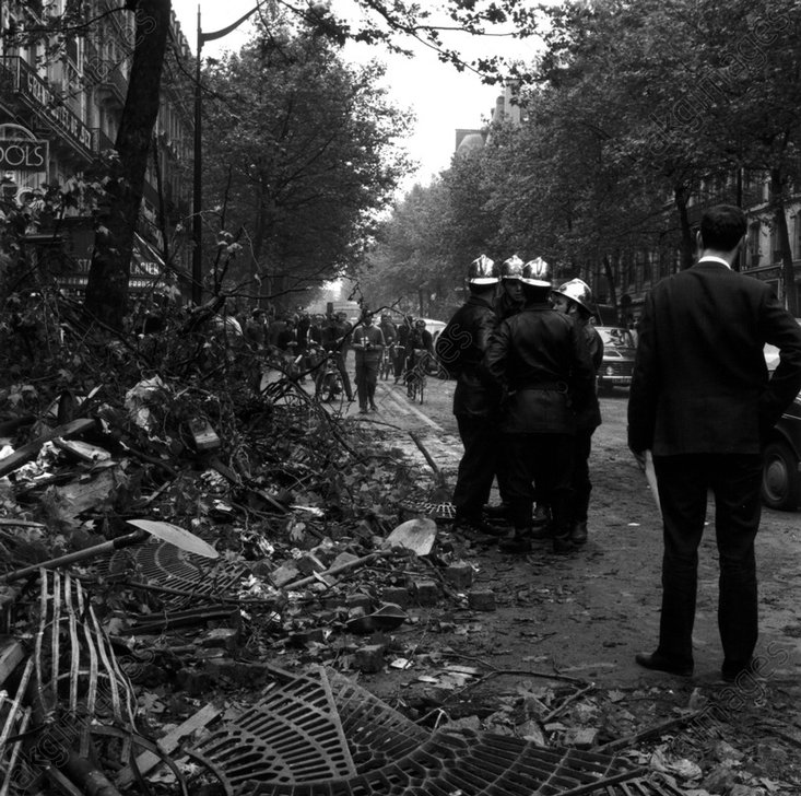 Maiunruhen/Paris 1968/Polizei/Barrikade - Unrests in Paris 1968/Police/Barricade - Mai 1968 / Paris / Policiers / Barricade