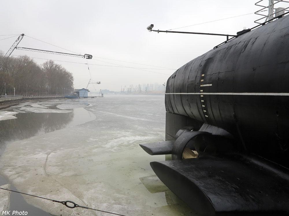 Среди льда Химкинского водохранилища