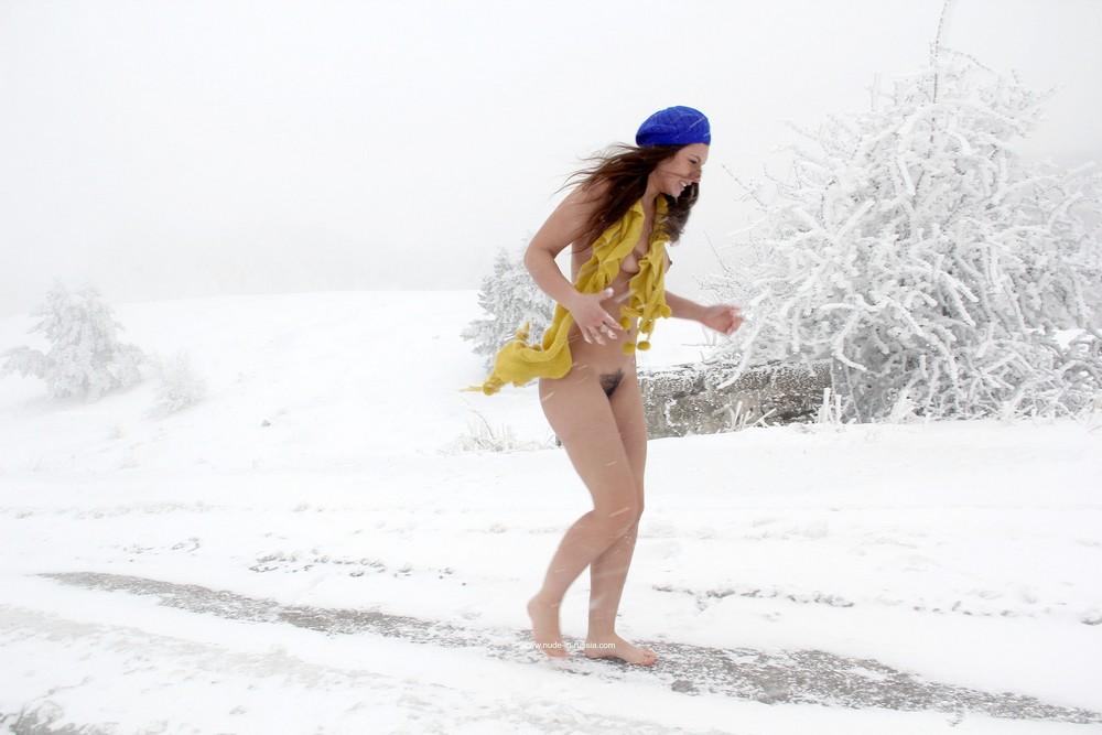 Голая Алиса на зимней дороге