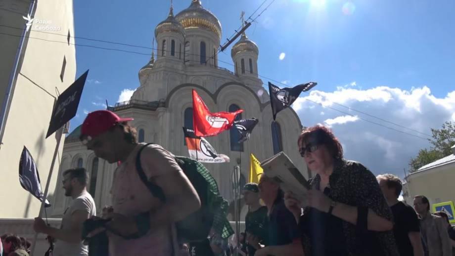 Сотни людей в Москве вышли на марш против цензуры в интернете (видео)