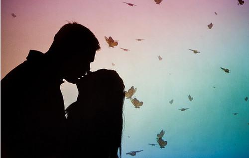 Открытка. С днем поцелуя! Поцелуй на фоне бабочек