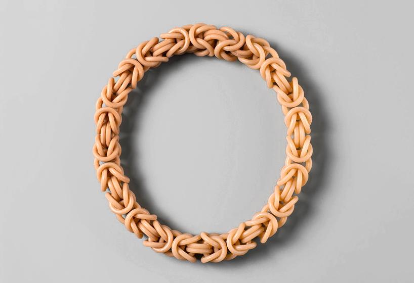 Кольцо в форме шестого пальца
