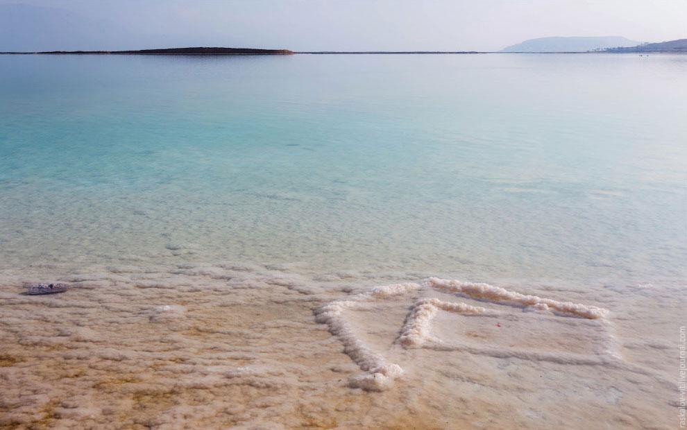 Уровень воды в Мёртвом море на 427 м ниже уровня моря и падает со скоростью примерно 1 м в год.