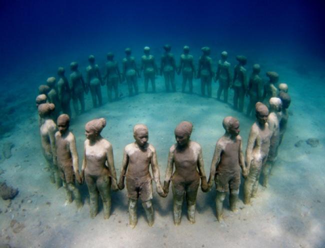 © Scuba Catalog  Целые подводные парки вразных концах света— заслуга скульптора Джейсона Тей