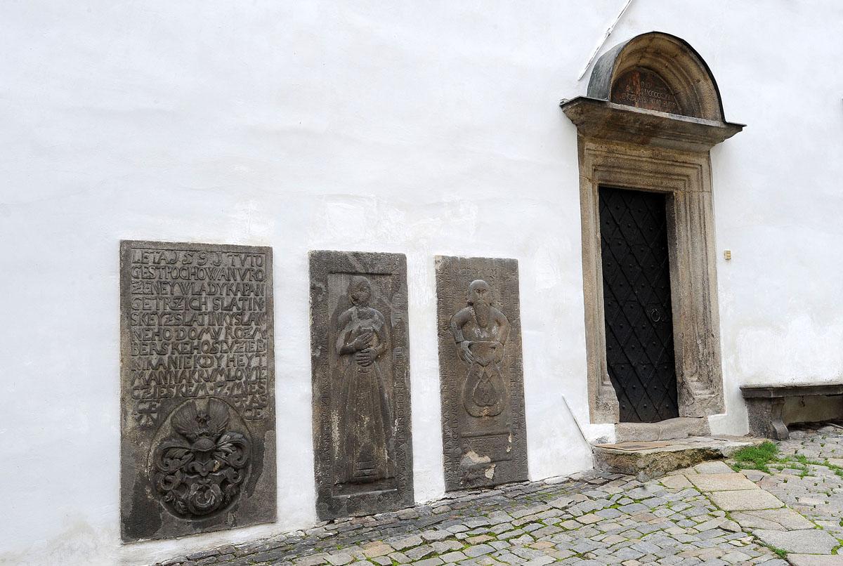 8. С этими плитами в стене напротив церкви связана легенда: дом мельника и его семьи попросила для с