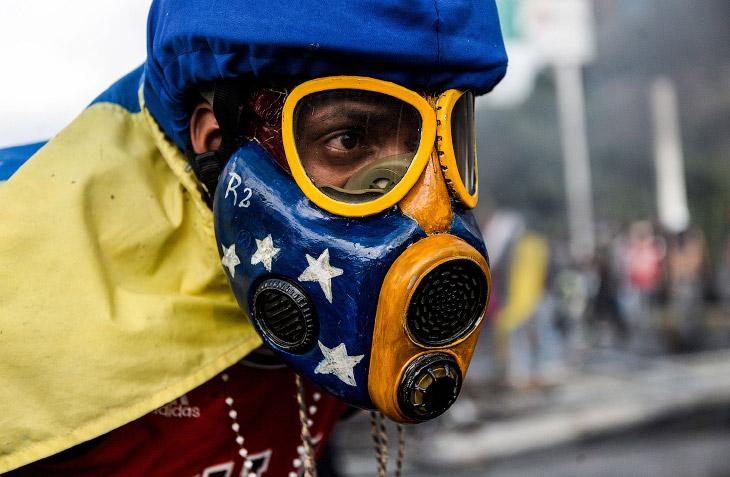 2. Боевую часть протестующих можно легко отличить в толпе от мирных протестующих по каскам, маскам и