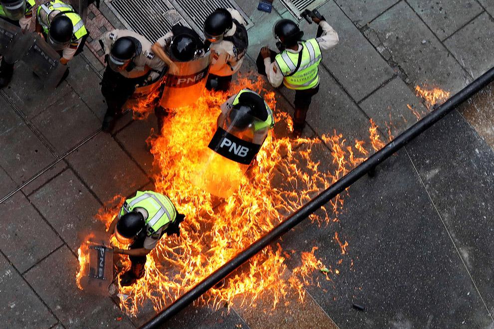 10. Оригинальная подпись: «Сторонники оппозиции используют гигантскую рогатку во время столкнов