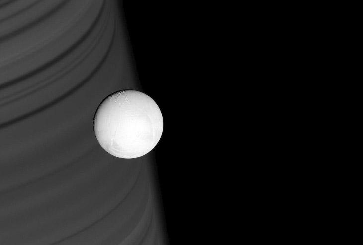 2. Естественный спутник Сатурна Гиперио?н. Открыт в 1848 году и назван в честь титана Гипериона. Пло