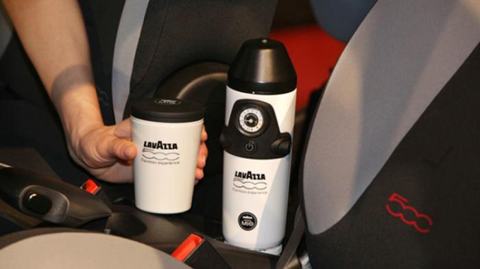 Кофеварка Lavazza, установленная между передними сидениями Fiat 500. | Фото: autoblog.com. Но это не