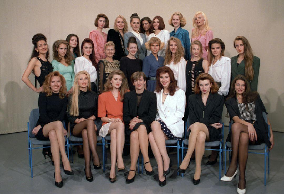 Участницы конкурса «Мисс Россия — 1993». Тут, пожалуй, все тенденции и сразу! Джинсовые куртки, юбки