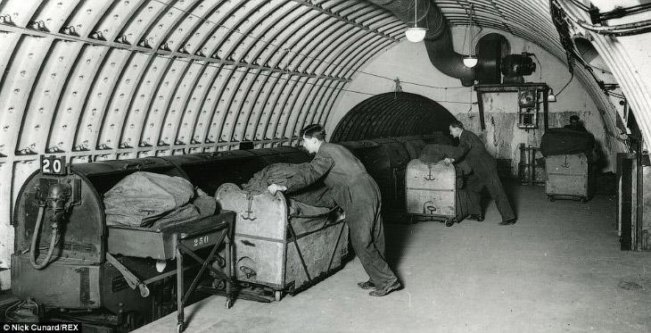 2. Строительство было начато в 1915 году. После прокладки тоннелей приступили к возведению станций.