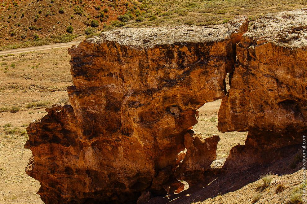 Высота отвесных гор каньона достигает 150-300 метров.
