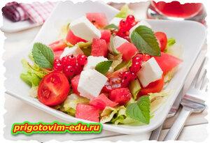 Греческий салат с мятой и сыром
