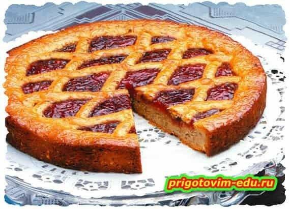 Ореховый пирог с малиновым джемом